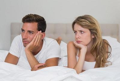 أسباب وأضرار نوم الزوج بعيداً عن زوجته
