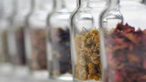 استخدام بعض الأعشاب المفيدة بدلًا من الأدوية لعلاقة حميمة مشتعلة
