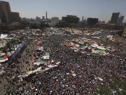مليونية لإسقاط الإعلان الدستوري ومرسي يرفض التعديل