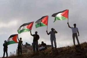 متظاهرون يرفعون علم فلسطين على بوابة مستوطنة قريبة من رام الله