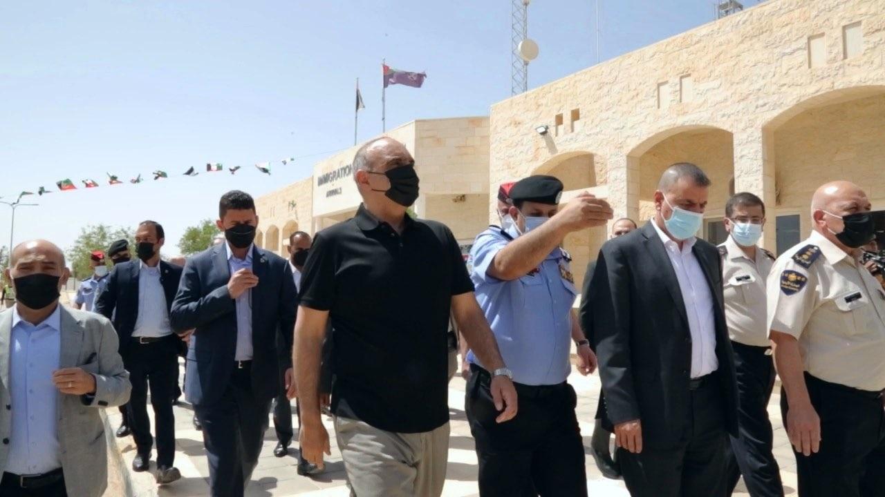 رئيس الوزراء يتفقد سير العمل بمركز حدود العمري ويؤكد ضرورة تبسيط الاجراءات على المسافرين
