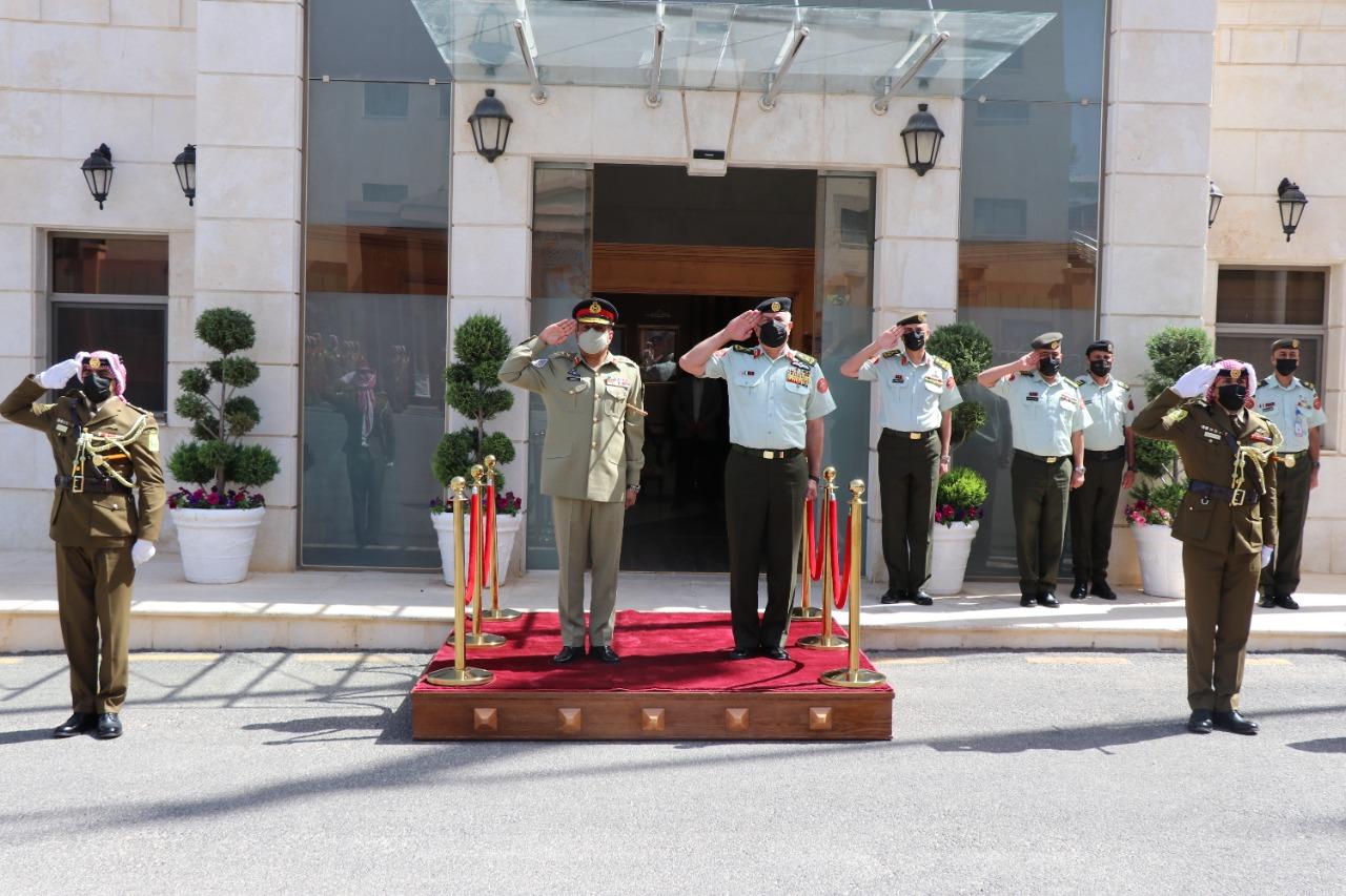 رئيس هيئة الأركان يستقبل نظيره الباكستاني ويتابعان تمريناً عسكرياً