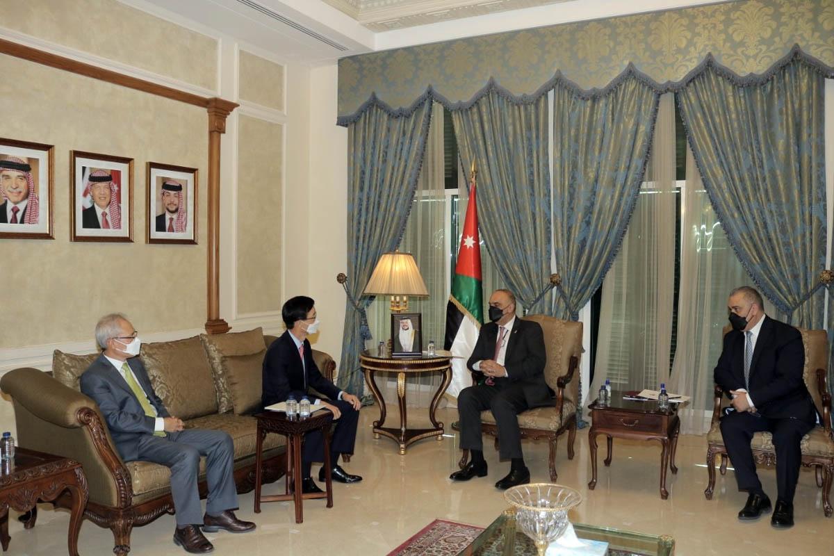 رئيس الوزراء يلتقي رئيس مجلس ادارة بنك الصادرات والواردات الكوري