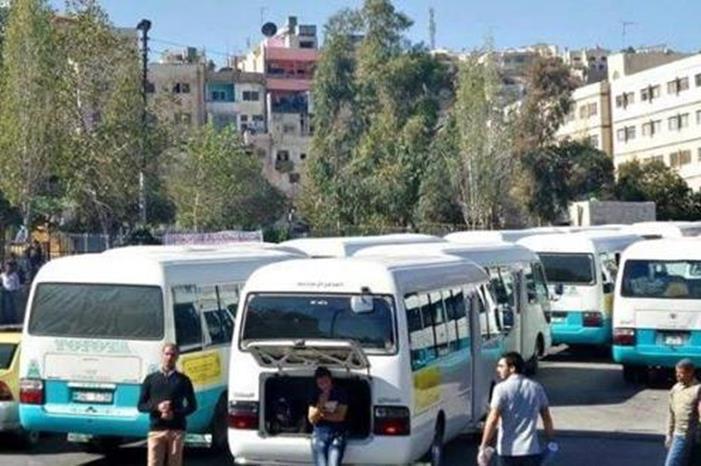 سائقان يخالفان قواعد السلامة العامة في عمان