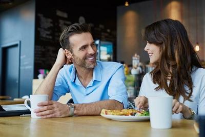 أجمل 8 صفات يعشقها الرجل في المرأة وتجذبه إليها